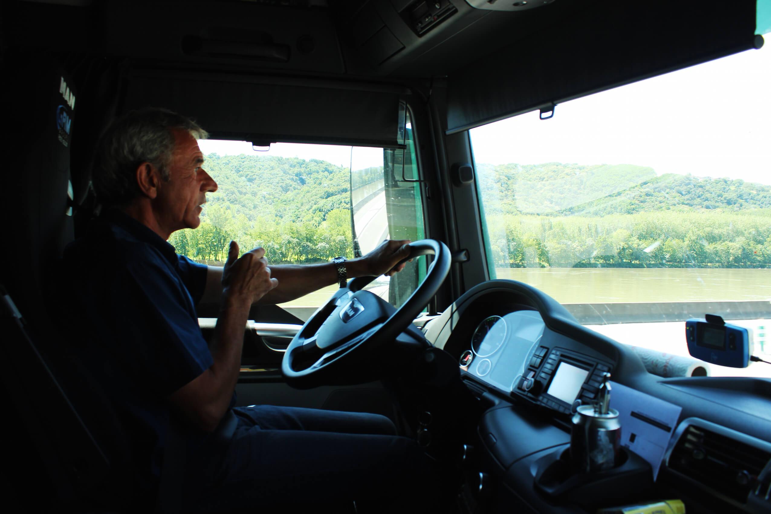 Eric, au volant de son semi-remorque Volvo Man